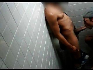 बाथरूम में काले कमबख्त