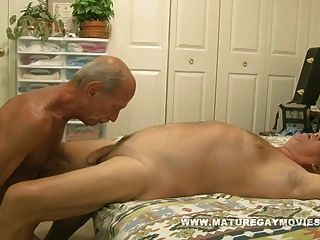मांसल परिपक्व आदमी गधा का एक युवा टुकड़ा बकवास