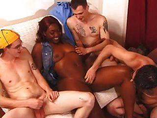 एक काली लड़की पर दो गैंगबैंग