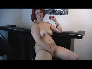गीला बिल्ली के साथ खेल सींगदार मोटा लाल बालों वाली पूर्व प्रेमिका