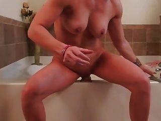 गृहिणी विशाल dildo के साथ masturbates