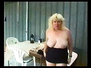 स्तन और मिनी स्कर्ट