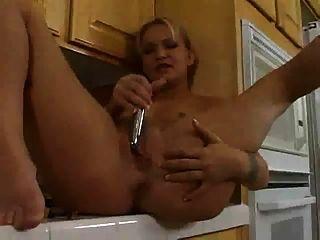 भाप गर्म काटी रसोई में खुद को fucks