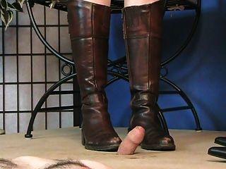 आंखों पर पट्टी वाली लड़की ने जूते के साथ मुर्गा ...
