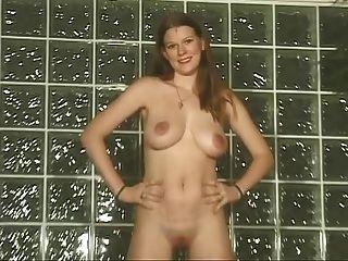 लड़की के खिलाफ दीवार उसके बड़े स्तन और मुंडा बिल्ली दिखाता है