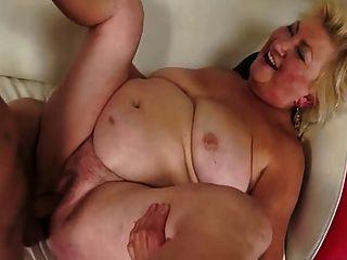 गर्म बस्टी सुडौल दादी सोफे पर टक्कर लगी है