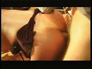 छोटे स्तन के साथ विदेशी tranny लिविंग रूम में मेज पर कट्टर fucked
