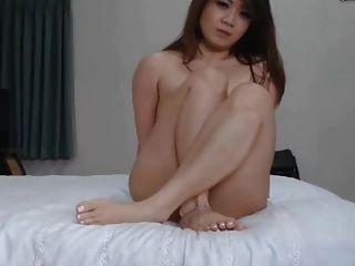 गर्म एशियाई लड़की उसके खिलौने के साथ हस्तमैथुन और विशाल ओगाज़्म हो जाता है