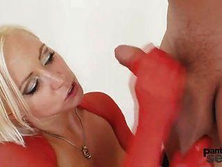 सुनहरे बालों वाली बीबी गंदा pantyhose सेक्स सही नायलॉन के माध्यम से