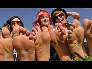 3 लड़कियों को अपने पैरों को दिखाने के लिए उनके जूते हटा दें
