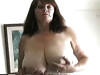 परिपक्व milf के साथ बड़े स्तन उसे बिल्ली रगड़