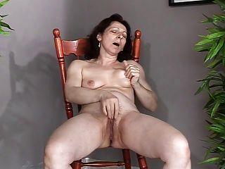 छोटे saggy स्तन के साथ परिपक्व खुद सह और धार बनाता है