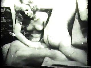 किंकी ब्रुनेट क्लासिक अश्लील में एक मोटी सफेद मुर्गा deepthroats