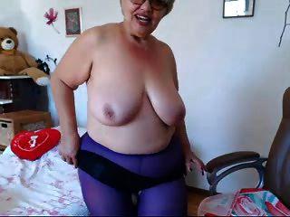 दादी वेबकैम पर बड़े स्तन के साथ खेल रहा है! शौक़ीन व्यक्ति!