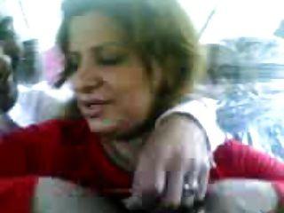 ईराकी वेश्या स्तन दिखाने और एक आदमी को चूमो
