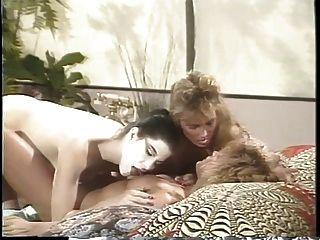 एरिका बॉयर बिस्तर पर दो गर्लफ्रेंड्स के साथ समलैंगिक त्रिगुट के साथ