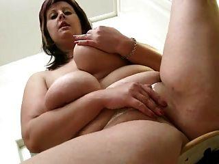 गलफुला माँ रसोई में उसके शरीर को दिखाता है