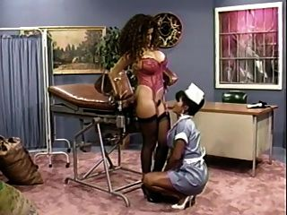 busty नर्स उसे busty रोगी एक चेक अप देता है (क्लासिक)