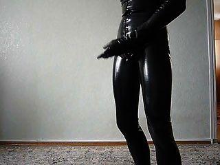 लेटेक्स catsuit झटका बंद में जवान आदमी