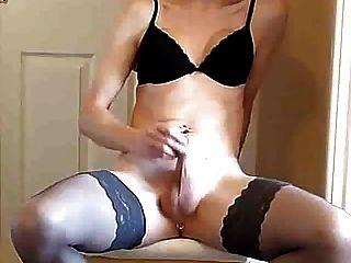 काले अधोवस्त्र में tgurl खुद के साथ खेलता है और cums