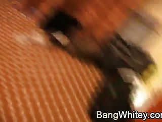 एक गंदा चेहरे प्राप्त करने वाली गर्म काली लड़की के साथ अंतरजातीय सेक्स