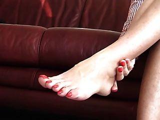 खूबसूरत पैर की उंगलियों वाली महिला