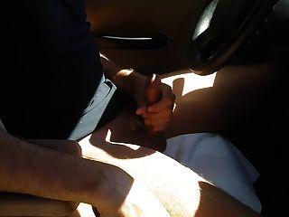 कार और cums में गर्म मुर्गा बंद jacking के साथ आदमी