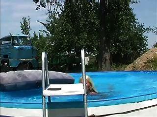 पूल में जर्मन गोरा squirts