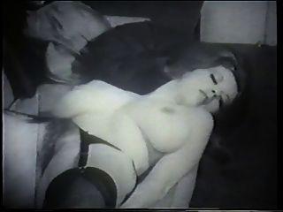 बड़े स्तन के साथ एक प्राकृतिक और सुंदर श्यामला कैमरे के लिए बन गया है