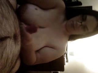 पत्नी स्तन पर सह हो जाता है blowjob देता है