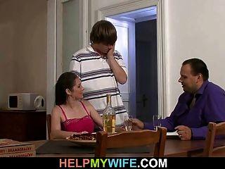 पति अपनी गर्म पत्नी cuckolds देखता है