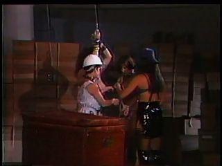 2 बड़े स्तन दास के साथ खेल रहे mistresses