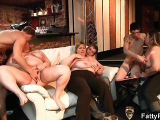 सेक्सी मोटा लड़की सोफे पर बढ़ा है