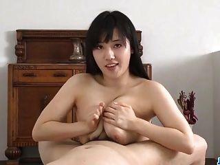उसके मुर्गा चूसने के साथ busty azusa nagasawa amazes