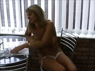 बिकनी में गरम गर्म महिला में स्तन और बिल्ली के साथ खेल रहा है