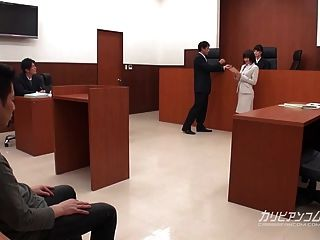 एशियाई वकील अदालत में काम हाथ होने के लिए
