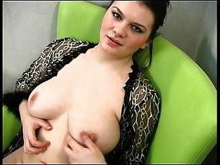 सेक्सी गलफुला श्यामला उसके शरीर को दिखाता है