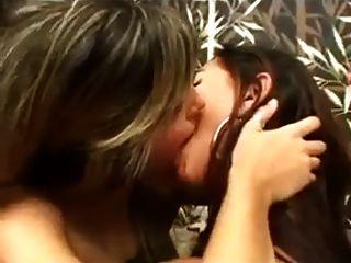 चुंबन लड़कियों 61