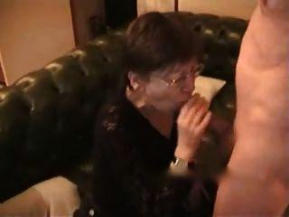 बड़ी पत्नी को चेहरे और छाती पर सह प्राप्त होता है