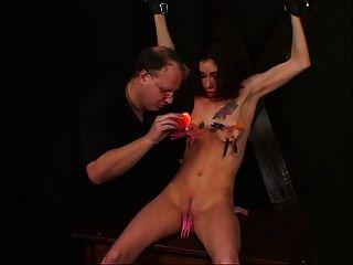 छोटे स्तन लड़की अपने मालिक के साथ एक बीडीएसएम सत्र का आनंद ले रहे