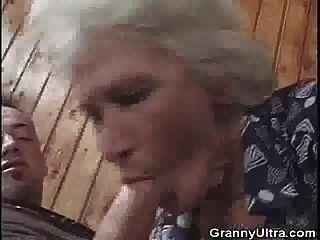 दादी एक युवा सज्जन के साथ रखी जाती है
