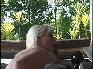 प्रक्षालित सुनहरे बालों वाली लड़की उसके घुटनों पर हो जाती है और फिर मोटी ब्लैक मुर्गा बेकार है