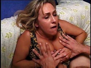 एक युवा कठिन मुर्गा पर अच्छा स्तन gags के साथ पुराने गोरा