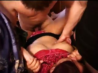 रूसी मिठाई बकवास हो जाता है और तीन युवा लंड द्वारा छिड़काव!