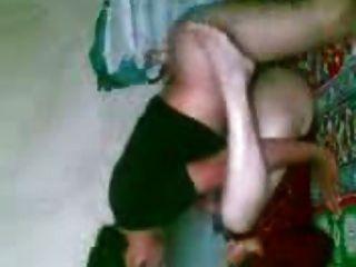 जमीन पर अरबी लड़की डीजेएनज़