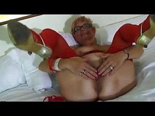 दादी लाल अधोवस्त्र पहनता है