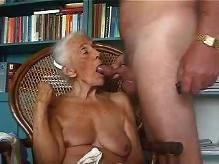 बूढ़ी दादी युवा मुर्गा चूसना प्यार करता है