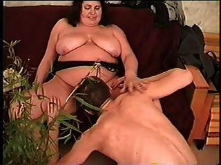 saggy स्तन, बालों वाले योनी और लड़के के साथ वसा stepmom