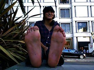 गंदा और बदबूदार पैर के साथ अच्छी लड़की