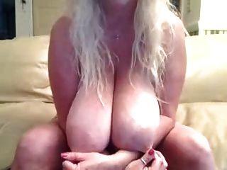 बड़े प्राकृतिक स्तन के साथ गोरा